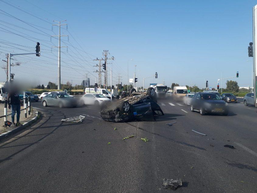 מכוניתו של שחקן מ.ס לאחר ההתהפכות. למרבה המזל הוא לא נפגע. צילום: דוברות המשטרה