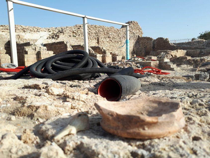 חרסים וצינורות באתר המצודה. צילום: דור גפני