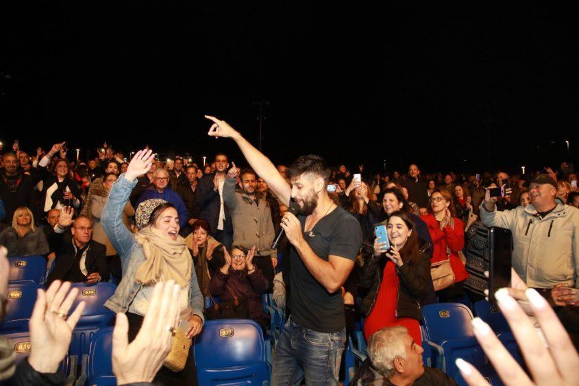 חוגג עם הקהל באמפי: עידן עמדי. גיל לוי לפוטו דויד אסייג