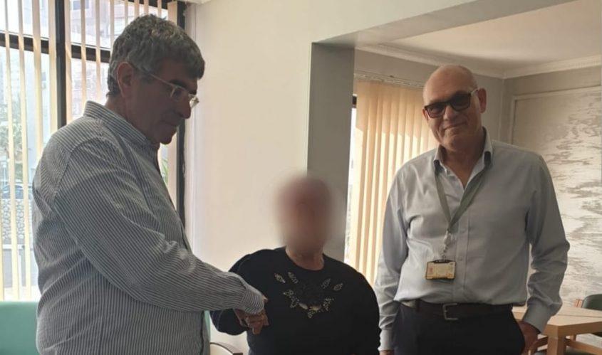 """מנכ""""ל פז יונה פוגל (משמאל) והסמנכ""""ל מלאכי אלפר בחלוקת קמחא דפסחא. צילום: רוני ינון"""