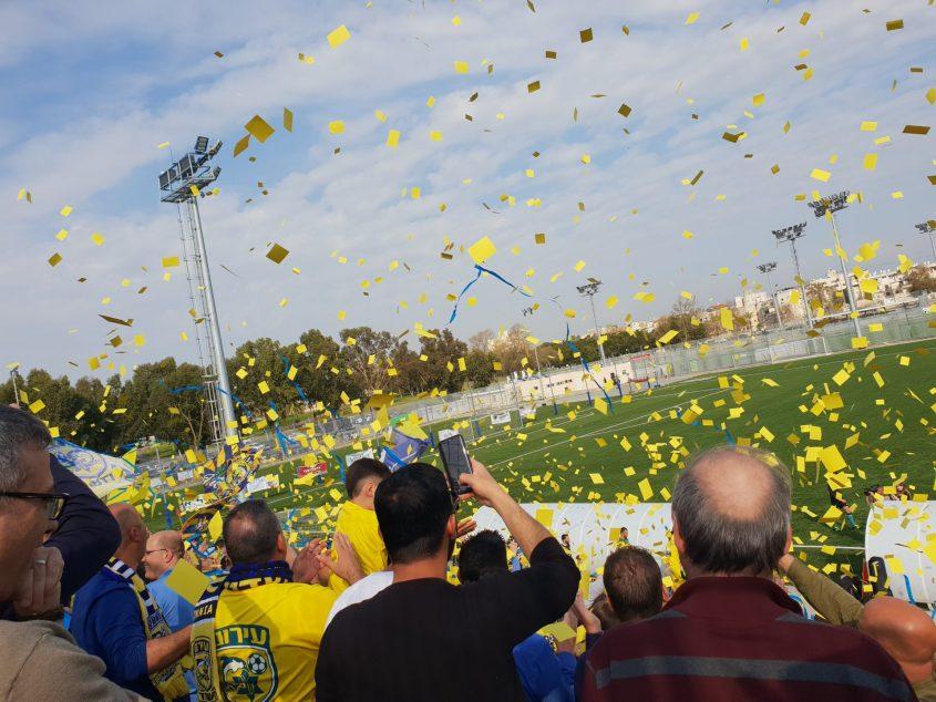 תצוגת עידוד של האוהדים הצהובים. צילום: ליאב אחאבן.