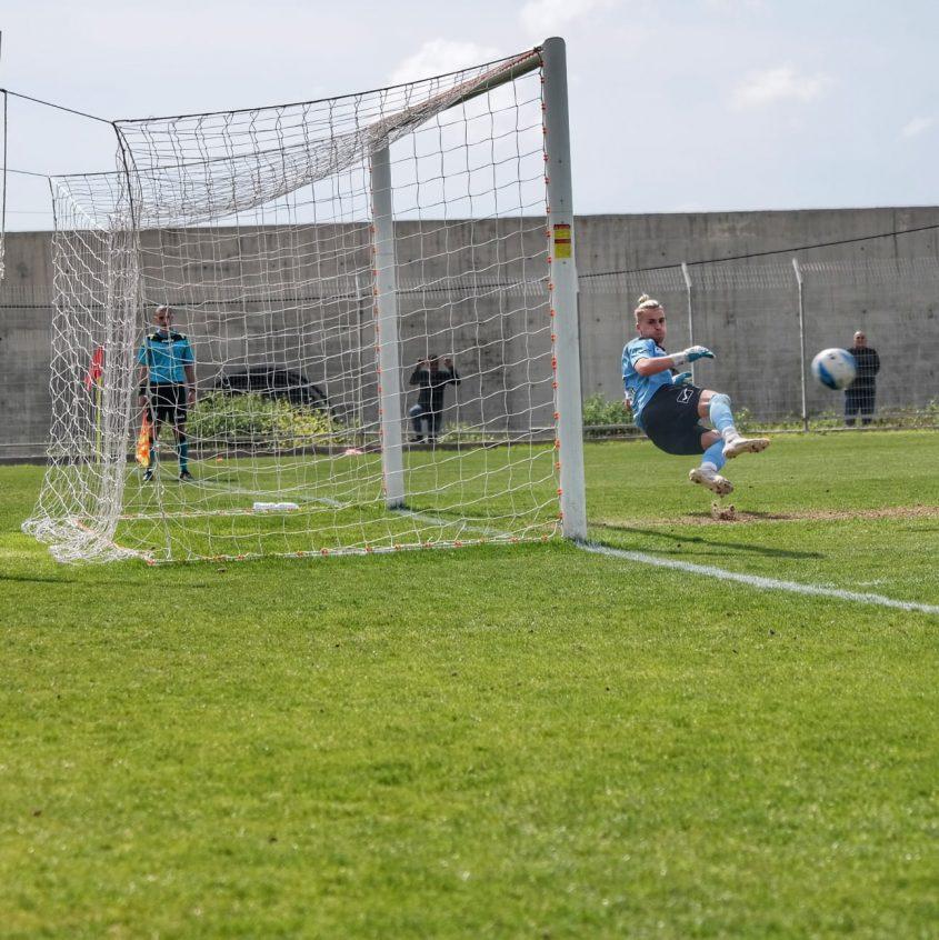 אלון אאולוב נכנע, תמונה שחזרה 6 פעמים במשחק. צילום: אבישי אפטקר.
