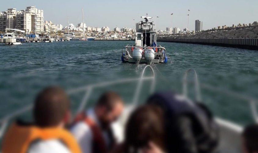 ספינת השיטור הימי גוררת את הספינה שנתקעה היום מול חופי אשדוד