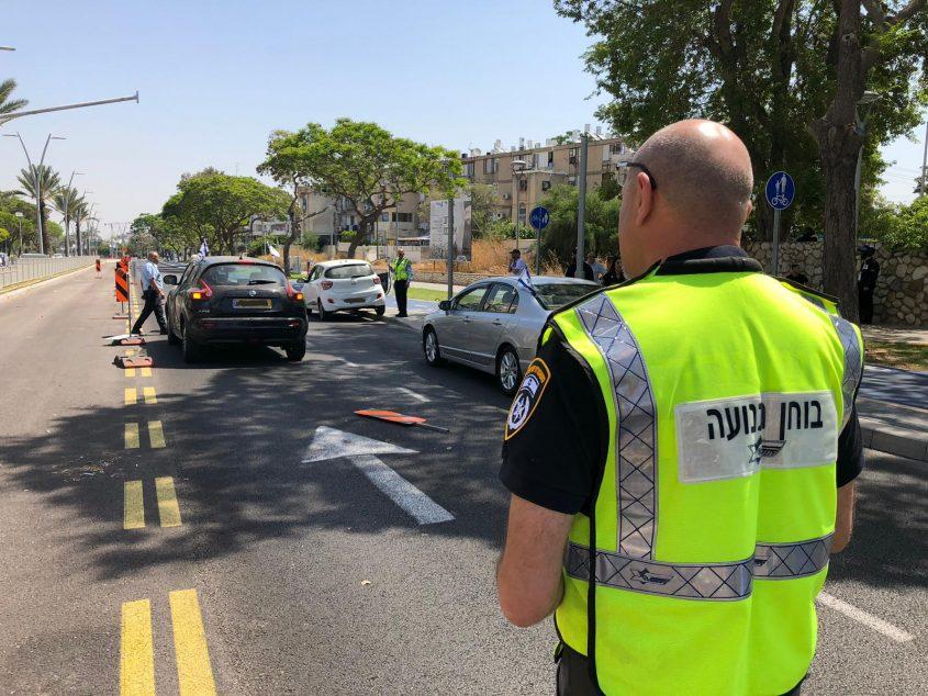 בוחני תנועה של המשטרה בזירת התאונה בהרצל שהפכה לקטלנית. צילום: דוברות המשטרה