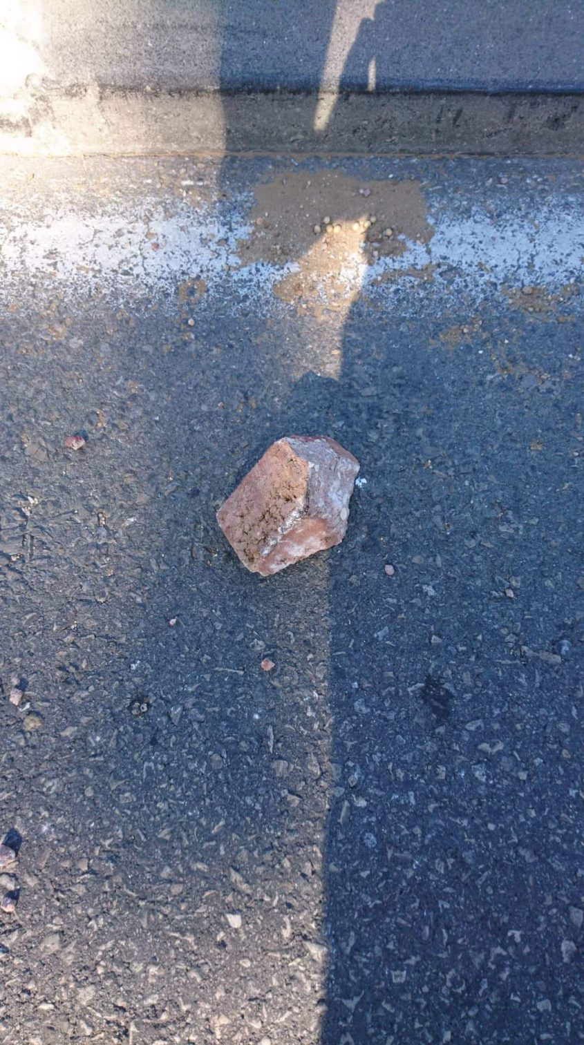 אחת האבנים שנזרקו לעבר כלי רכב בגלל שנסעו בשבת. צילום: טל דרמר