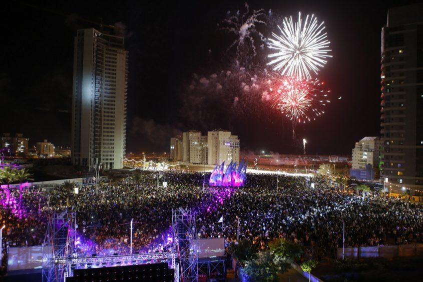 זיקוקים ביום העצמאות באשדוד. צילום: פבל