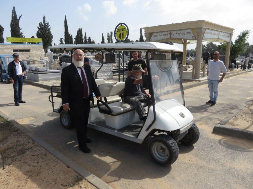 מתכוננים ליום הזכרון בשטח בית העלמין באדיבות: המועצה הדתית אשדוד