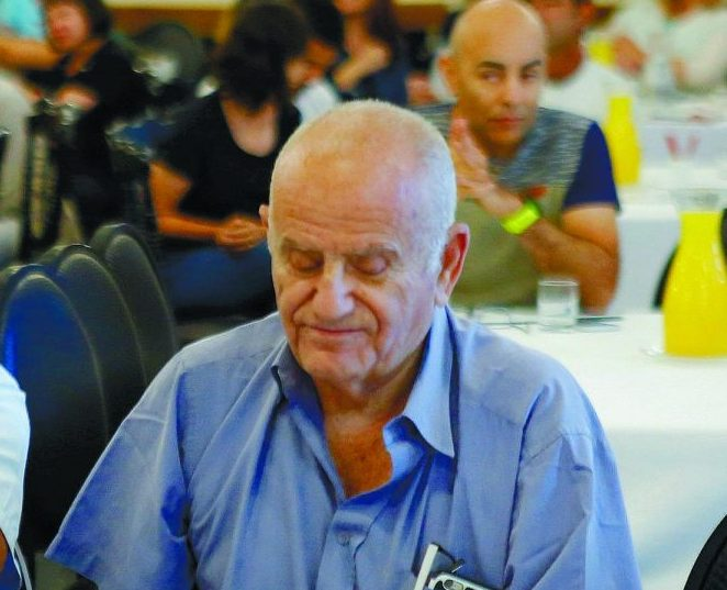 מתנגדים לכל פגיעה בדיונה. יהושע קנטי ובועז רענן מהפורום הציבורי לאיכות הסביבה באשדוד בכנס. צילום: פבל