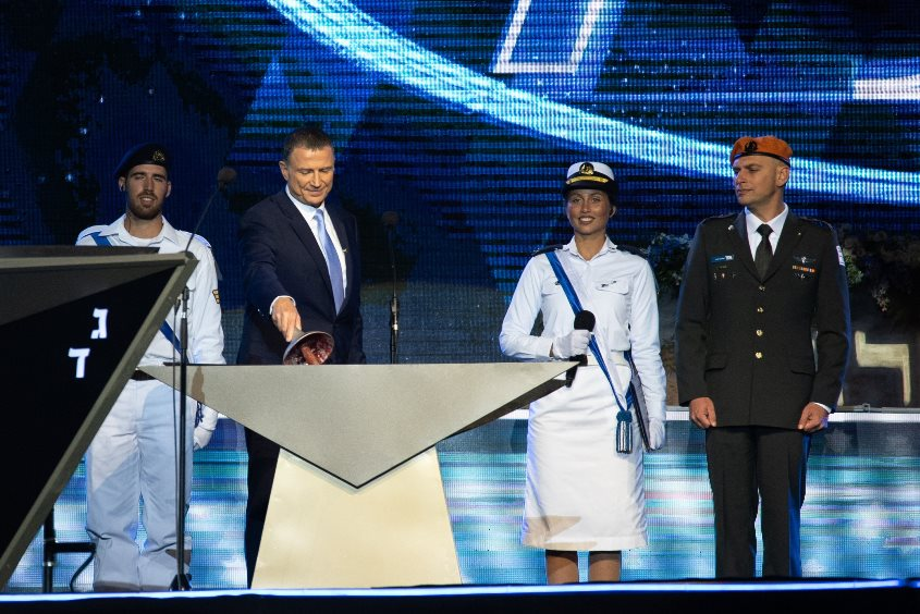 שוב באור הזרקורים: סגן יולי זיו על הבמה