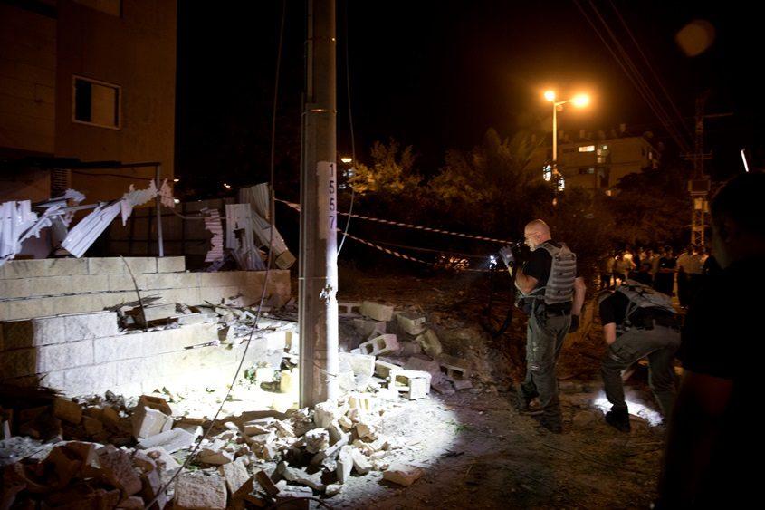 מת מפצעיו בן ה-21 שנפגע מרסיסי רקטה באשדוד. פגיעה של טיל ליד בניין ברחוב יהודה מכבי ב אשדוד. צילום מוטי מילרוד