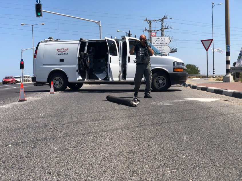 רקטה שנפלה בכביש 4 סמוך לאשקלון. צילום: דוברות המשטרה