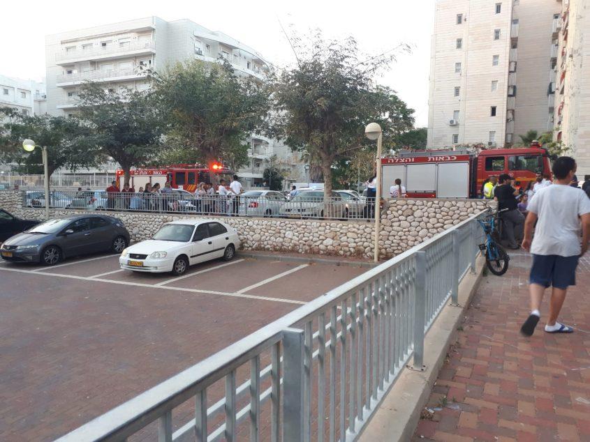 מכבי האש בחצר הבניין. צילום: הילית גפני