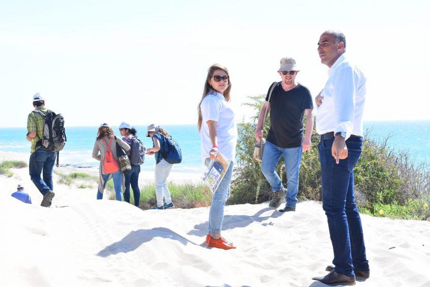 """הסיור שנערך בשטח הפארק האקולוגי המתוכנן ביום שלישי השבוע. מימין מנכ""""ל החברה לתיירות אשדוד עופר דרי. צילום: פבל"""