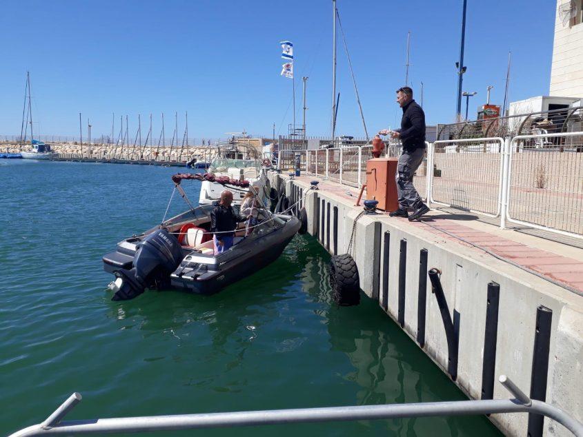 הסירה שחולצה לאחר שעגנה בבטחה במרינה. צילום: דוברות המשטרה