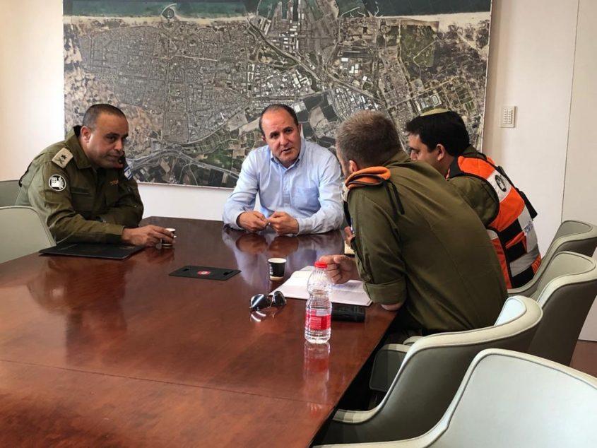לסרי עם אלוף פיקוד העורף תמיר ידעי (משמאל). צילום: דוברות עיריית אשדוד