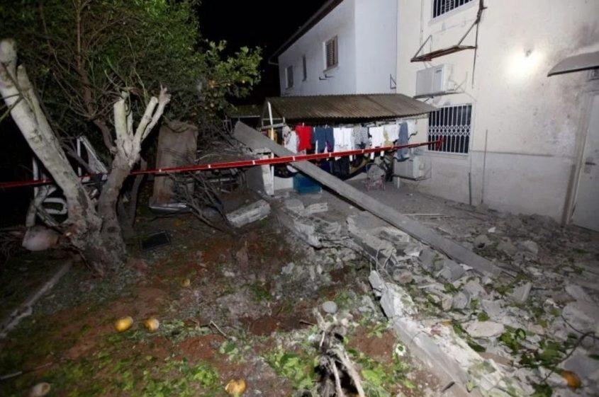 הפגיעה בבית באשקלון הלילה. צילום: אליההו הרשקוביץ
