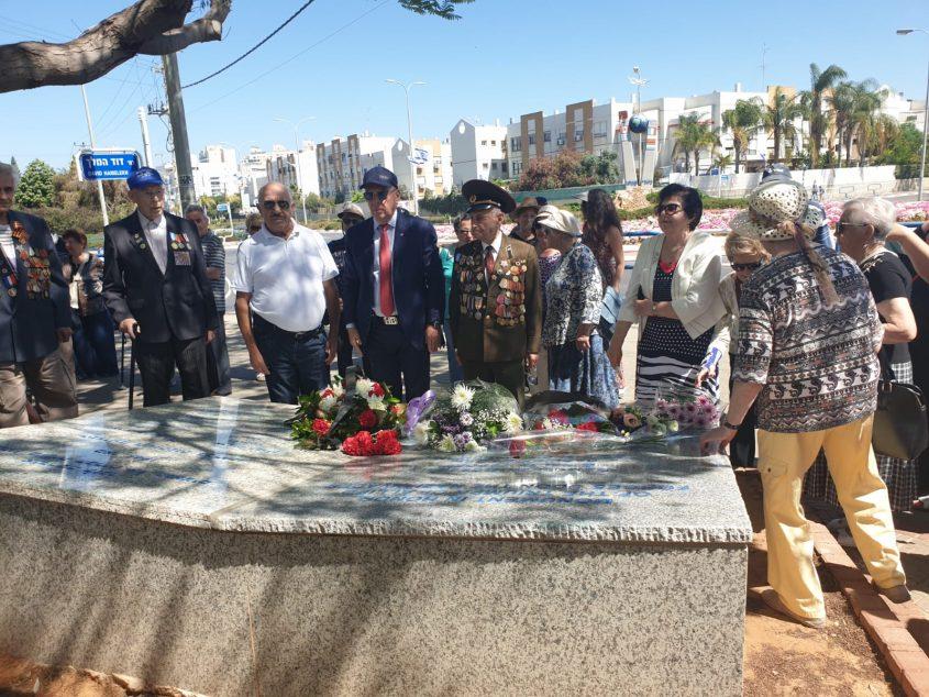 """פוקדים את האנדרטה ברובע י""""ג. צילום: ולד סנדלרסקי"""