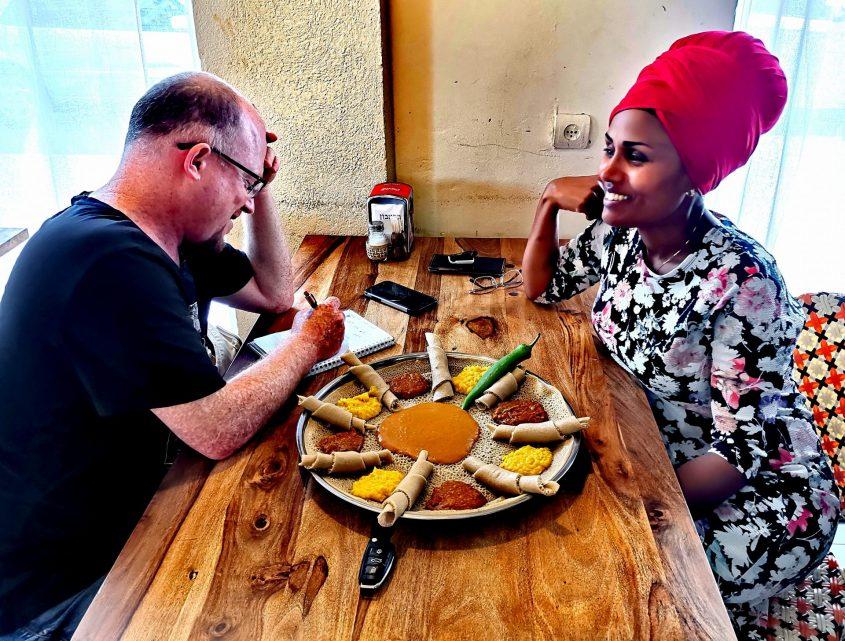 אפרת אספה במסעדת אדיס עלם עם כתבנו. צילום: יוני חזיז