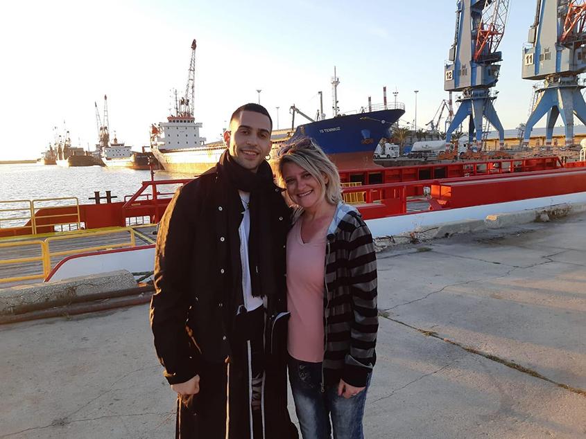 פלורי פייגל עם נציג איטליה באירוויזיון, מחמוד, על רקע נמל אשדוד. צילום: פרטי