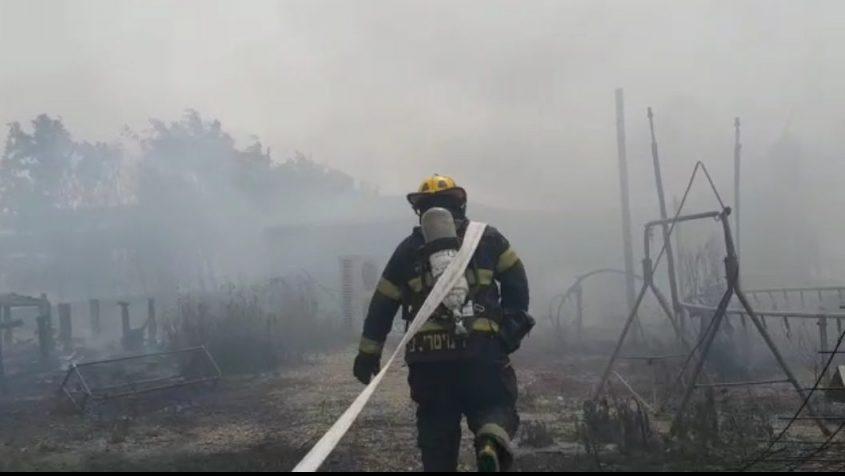 סכנה להתפשטות האש. צילום: אלי כהן דובר שירותי כבאות והצלה מחוז דרום