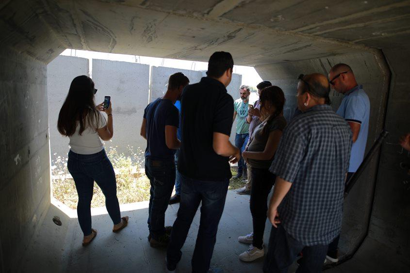 תופסים מחסה בזמן אזעקה ביד מרדכי מוקדם יותר היום. צילום: אילן אסייג