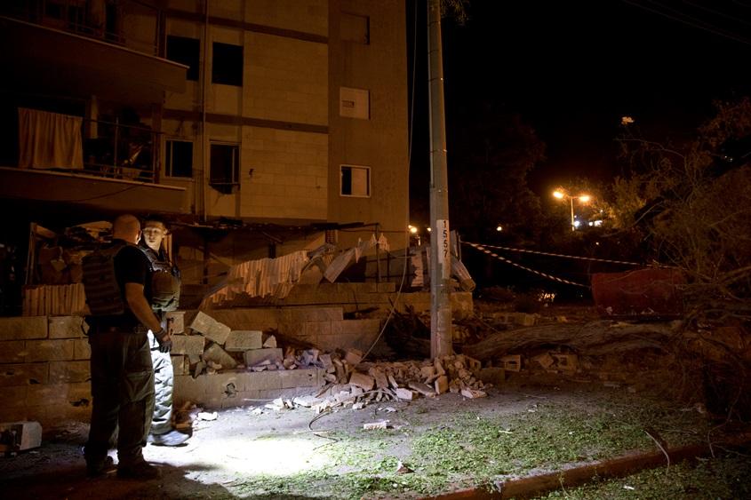 פגיעה של טיל ליד בניין באשדוד. צילום: מוטי מילרוד