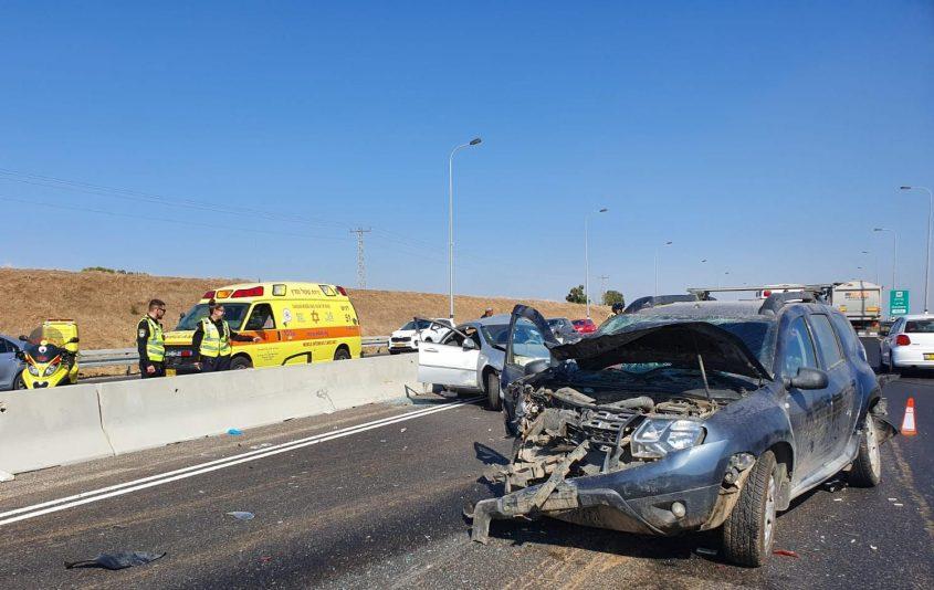 """זירת התאונה ליד מחלף בית רבן בכביש 7 בדרך לגדרה. צילום: תיעוד מבצעי מד""""א"""