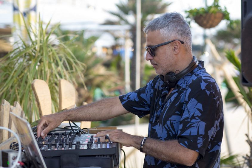 די.ג׳יי אלי ניסן במסיבת קיץ של פאזל. צילום: פבל