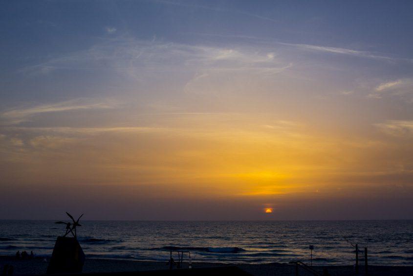 הנוף של קפה פאזל, שקיעב בחוף הקשתות. צילום: פבל