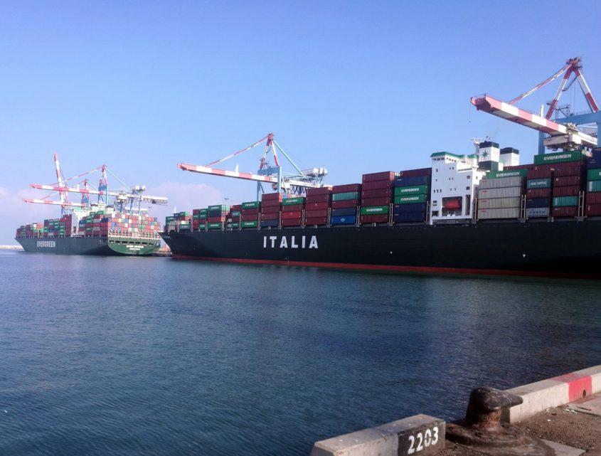 אוניות מכולות עוגנות בנמל אשדוד. צילום: רובי פלך