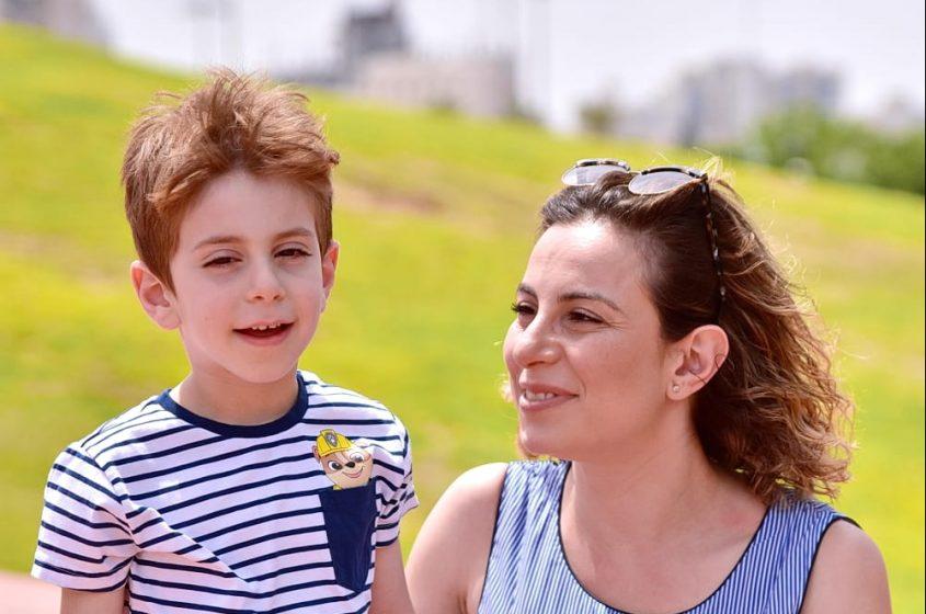 סטלה ויינשטיין ובנה, עידו. המקרה שאירע לו הוביל אותה לעסוק בנושא החינוך בגיל הרך והפיקוח על הגנים הפרטיים. צילום: דנה תאודרו