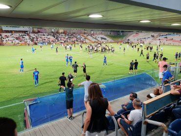 המשחק הופסק בשל פריצת אוהדים לכר הדשא. צילום: ליאב אחאבן.