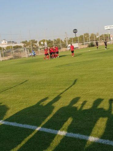 שחקני הפועל אדומים חוגגים. צילום: ליאב אחאבן