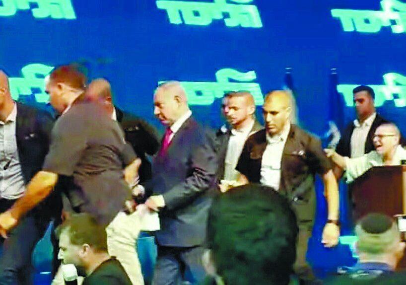 ראש הממשלה נתניהו מורד מהבמה בעצרת הבחירות באשדוד צילום בן לוי