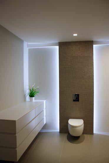 """חדר רחצה מפנק לסויטת הורים בסגנון מודרני באווירה רומנטית. חיפוי קיר לאסלה בפסיפס וקירות היקפיים באריחים לא סטנדרטיים (110 על 300 ס""""מ) למראה נקי. עיצוב פנים וצילום: ליאור מלכה"""