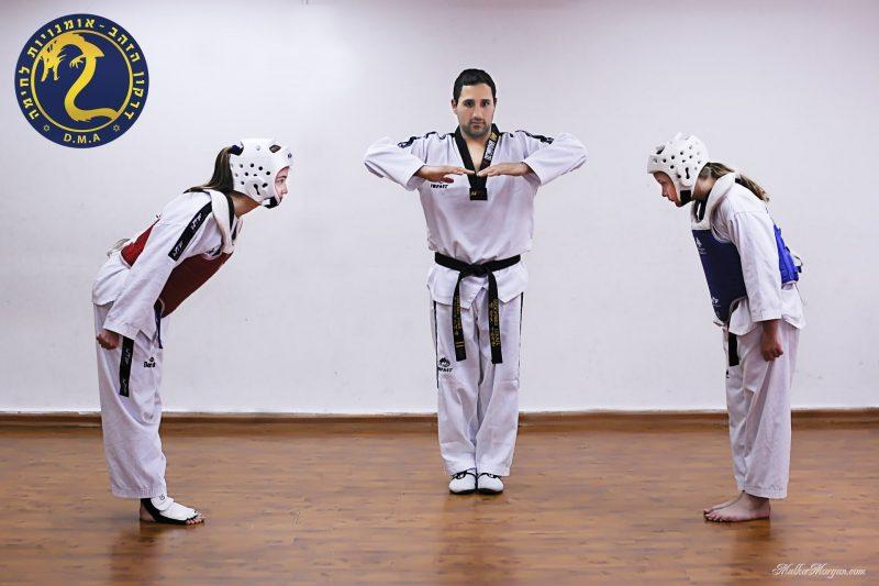 מאמן את נבחרת אשדוד בטאקוונדו (צילום: נתן כהן)