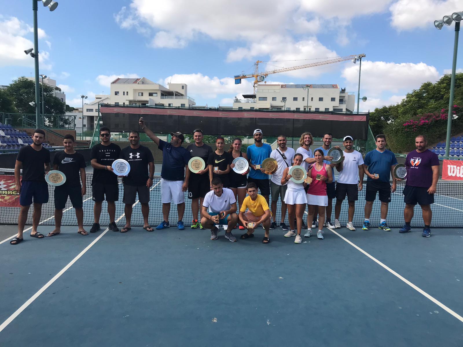 קבוצת הטניס מאקדמיית AK לטניס שזכתה בגביע