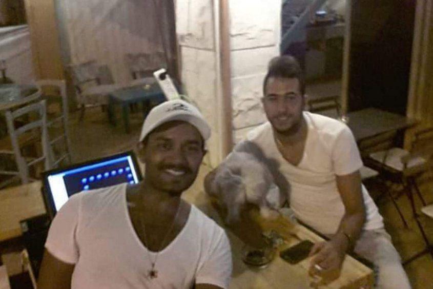 הברמנים אלון טייב ובן מוזס עם מר כלב. צילום: פרטי