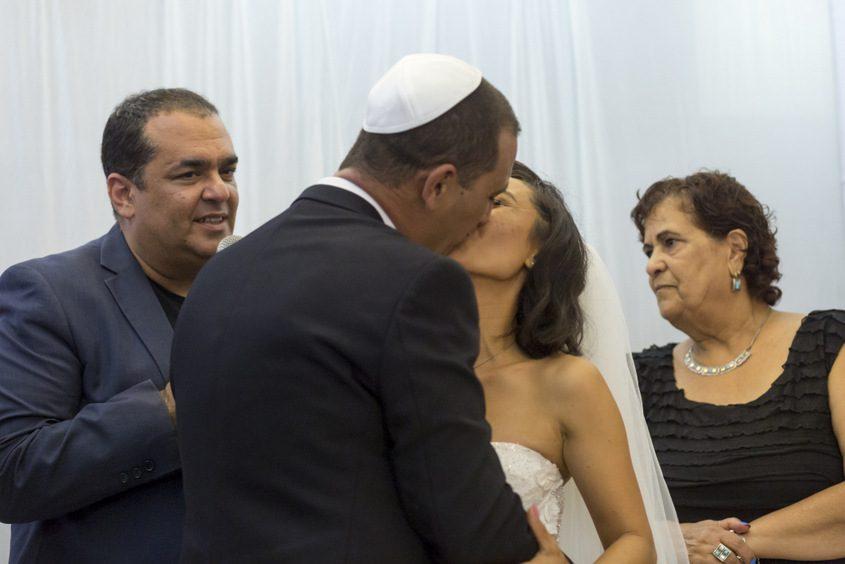 נישקה של הזוג אבי ורונג׳אן. צילום: פבל