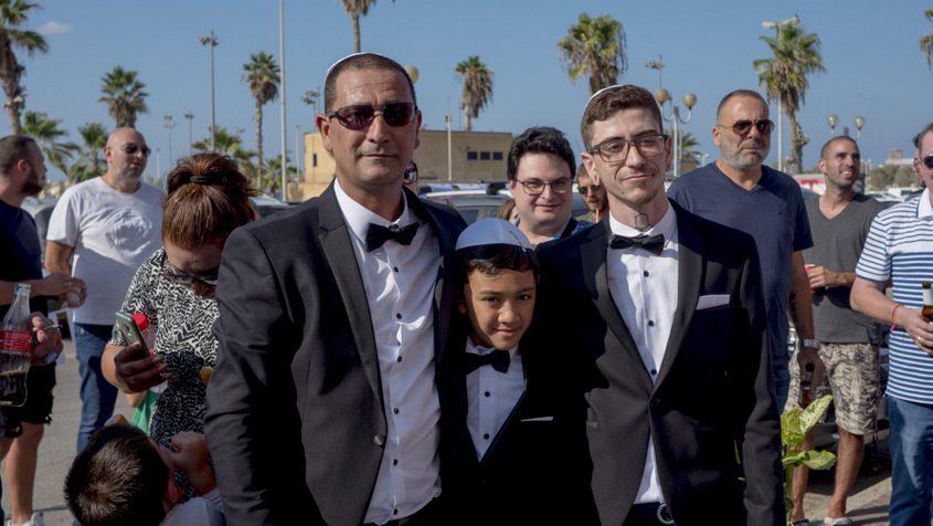 אבי אביטל עם הבנים דביר וטוהר על השטיח הלבן. צילום: פבל