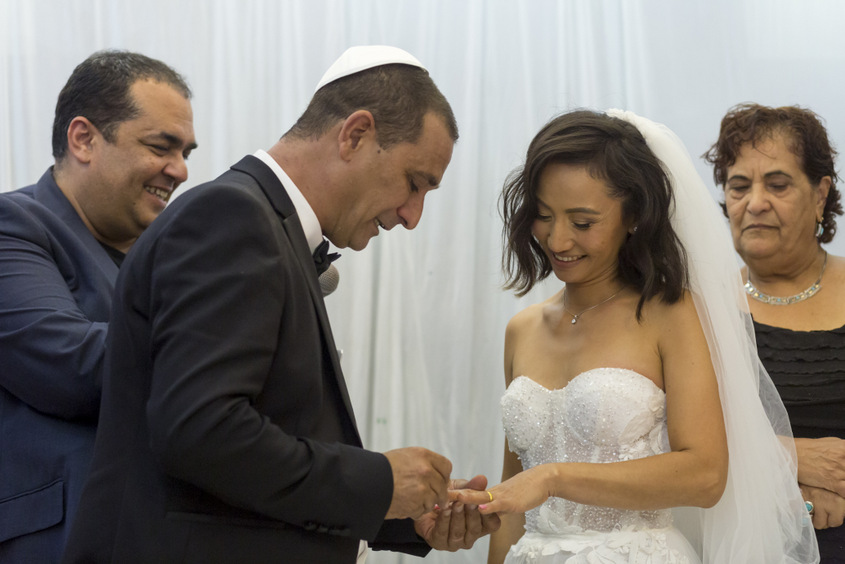 רונג׳אן ואבי אביטל בטקס הטבעות עם דמעות בעיניים. צילום: פבל