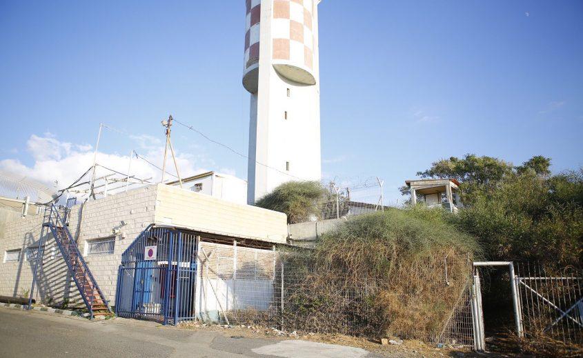 המתקן הנטוש לרגלי המגדלור שעל גבעת יונה באשדוד. צילום: פבל