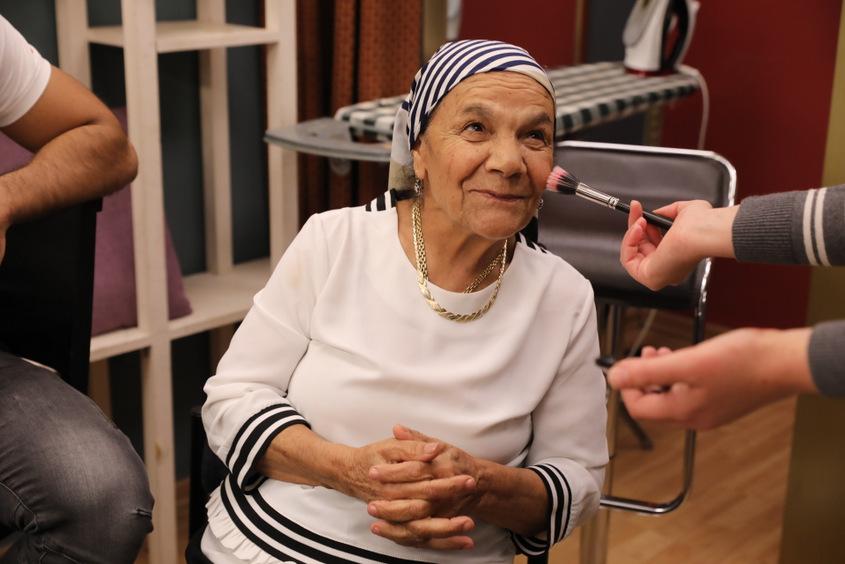 סבתא ימימה מתארגנת לצילומים. צילום :לנס הפקות