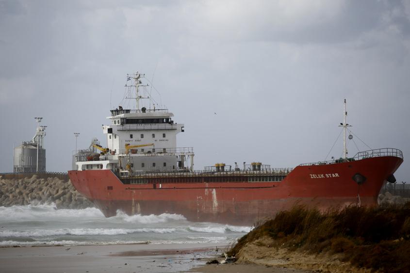 אוניית המלט שנסחפה לחוף. צילום: פבל