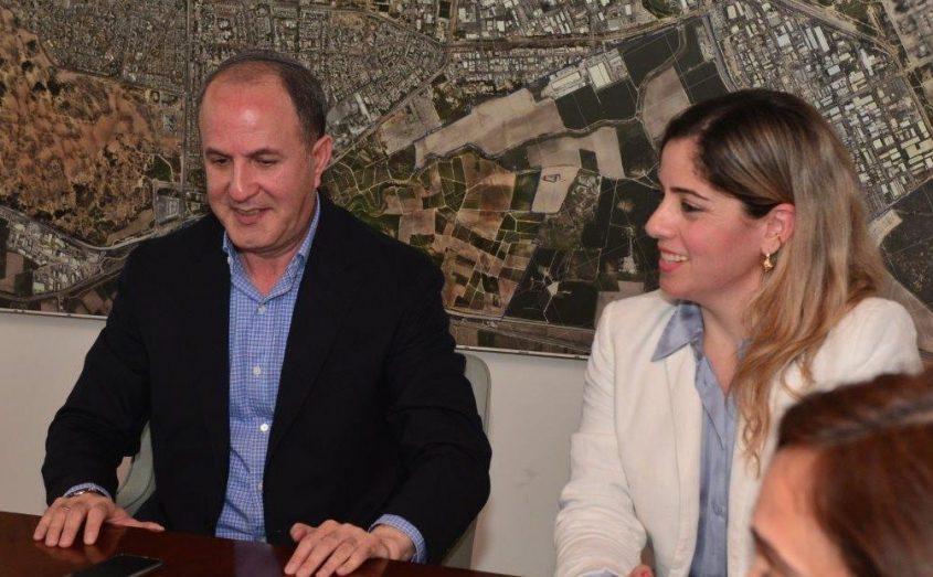 """ראש העיר ד""""ר יחיאל לסרי וסגניתו שרון מרק. צילום: אורי קריספין"""
