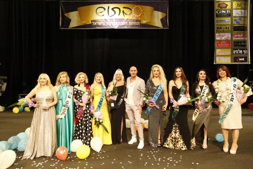 המפיק אורי קריספין עם העלות לגמר בתחרות הסבתא היפה בישראל 2020. צילום: מוטי קדוש