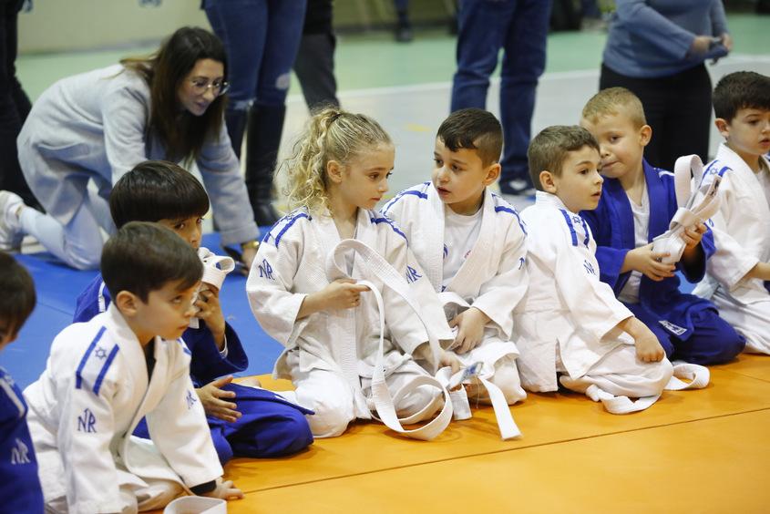 עשרות ספורטאים צעירים מתרגשים. צילום: פבל