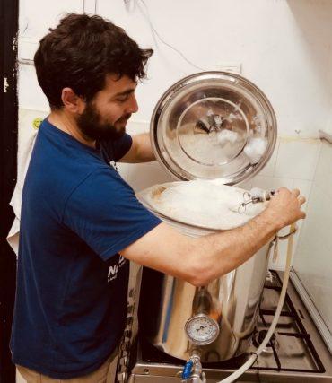 פלג מגן בתהליך ההכנה של עוד בירה מקורית וטעימה. צילום עצמי