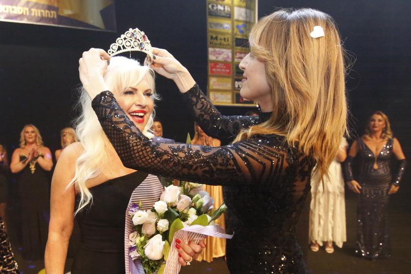 הסבתות הכי הכי: זוכת התחרות 2019 מירב בוהדנה, מעניקה את הכתר לזוכת התחרות 2020, ליליאן סבח. צילום: מוטי קדוש