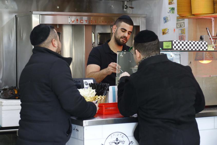 לקוחות נהנים באשל אברהם. צילום: פבל